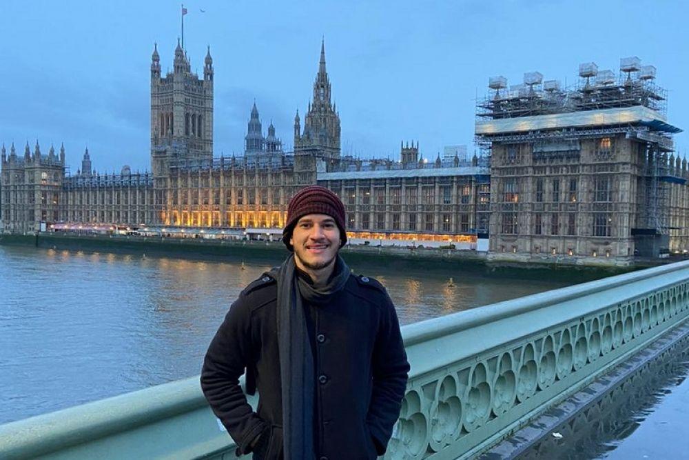 Lucas Rinald em frente ao Parlamento Britânico.