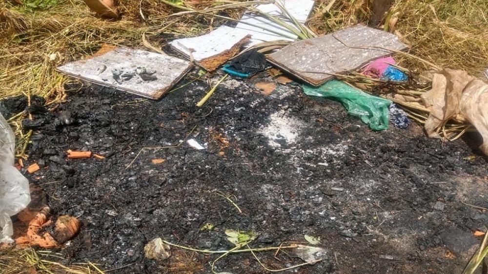 Local onde foi ateado fogo ao colchão e restos mortais da vítima, no quintal da residência.