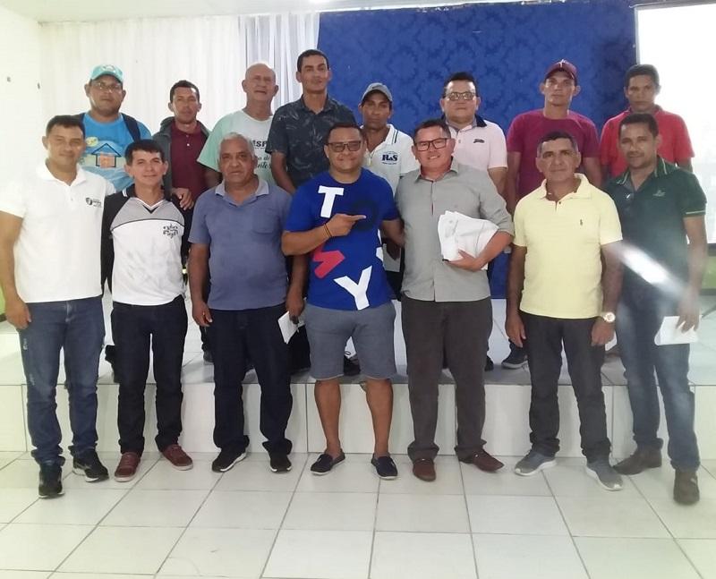 Robgol (centro) ao lado do secretário municipal de esportes ladeado pela comissão organizadora. Foto: Divulgação