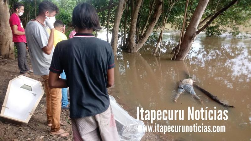 Moradores retiram cadáver do rio Itapecuru