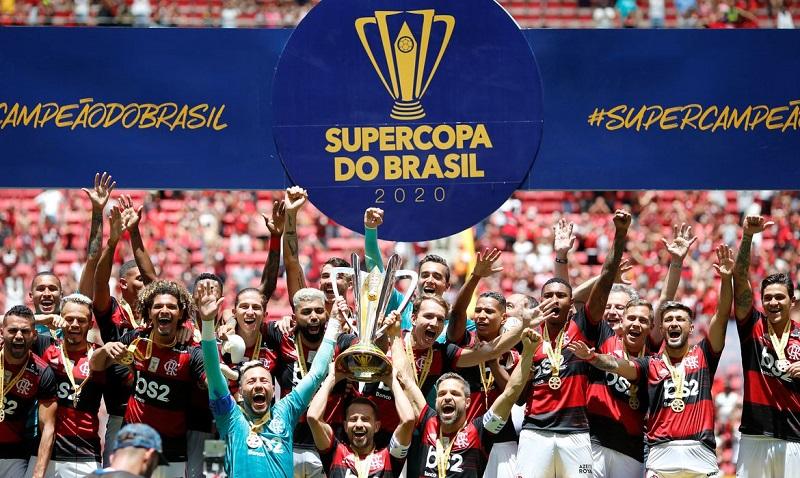 Atletas do Flamengo recebendo troféu. Foto: @Reuters/ Adriano Machado