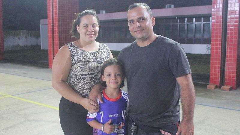 Arlley com seus pais Arielly e Alex Paiva, que também é atleta. Foto: Alberto Júnior.