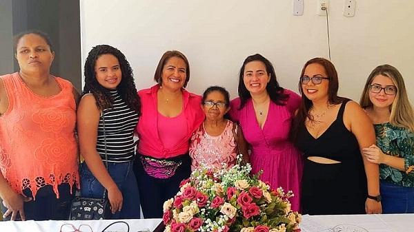 Ítala Lages de vestido rosa ao centro ladeada pelas amigas da comissão organizadora do evento