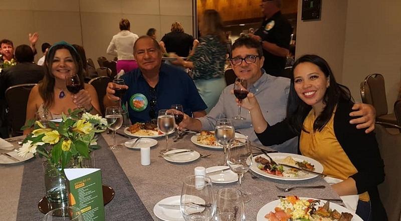 Alcione (ao centro) em almoço com empresários. Santiago, Chile. Foto: Reprodução