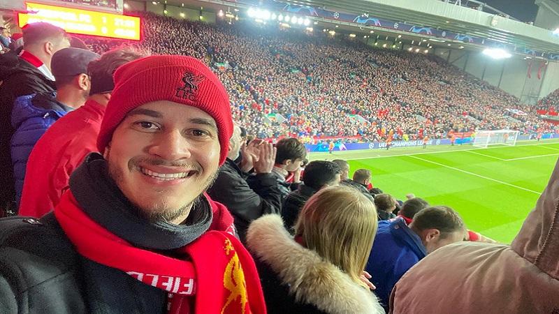 Lucas Rinald no estádio Anfield Road, em Liverpool, Inglaterra.