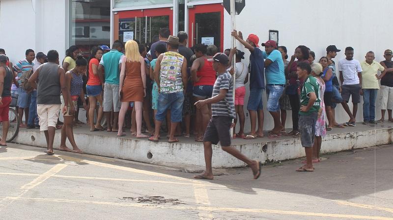 Aglomeração em filas para recebimento de dinheiro. Manhã desta quarta (25) em Itapecuru. Foto: Itapecuru Webtv