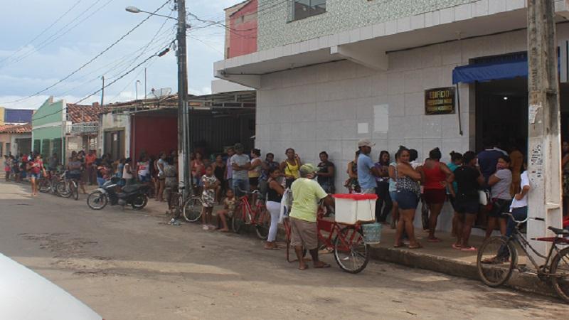 População em fila para receber dinheiro e pagar contas em Itapecuru. Foto: João Di Bragança