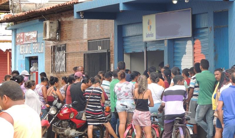 Aglomeração em frente a casa lotérica em Itapecuru. Foto: Itapecuru Notícias