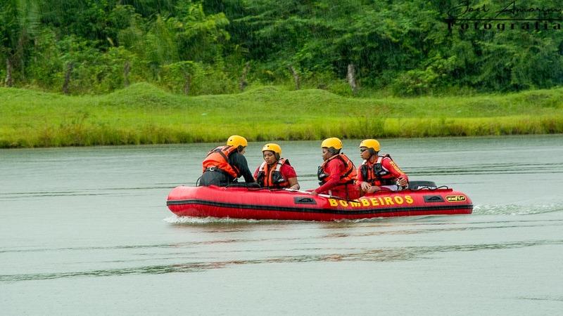 Bombeiros nas buscas por jovem desaparecido no rio Itapecuru. Foto: Divulgação