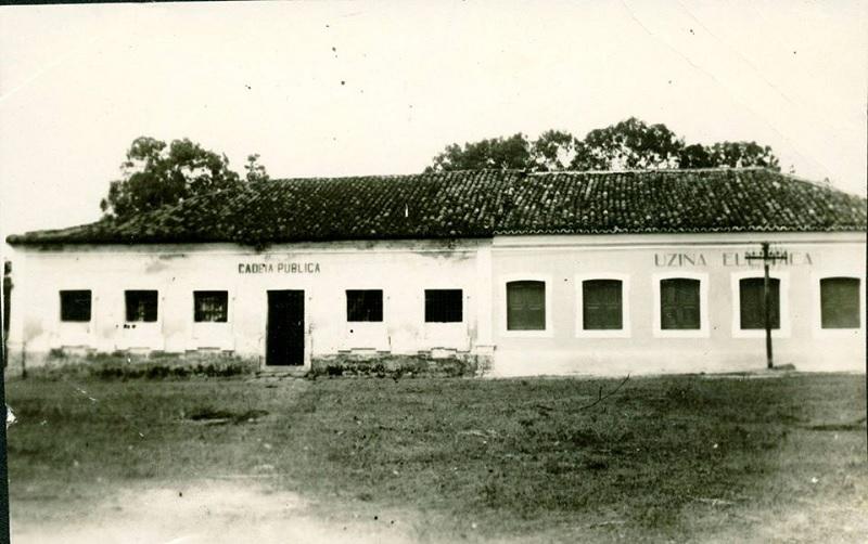 Primeiros prédios de governo em Itapecuru. Cadeia pública, Câmara e Oficinas, construção iniciada em 1816 e inauguração em 1818 na fundação da vila. Neste prédio foi redigido o termo de adesão à independência em 1823