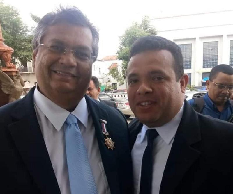 Vereador Carlos Júnior fazendo self em evento com presença do governador Flávio Dino. Foto: Reprodução facebook