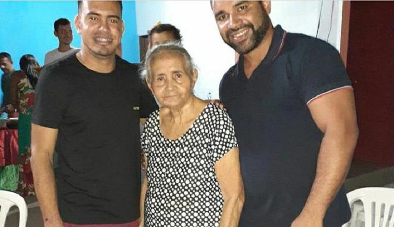 Dona Maria das Dores (centro) e os netos Breno (esq) e Emílio (dir) Gundes. Foto: Arquivo pessoal
