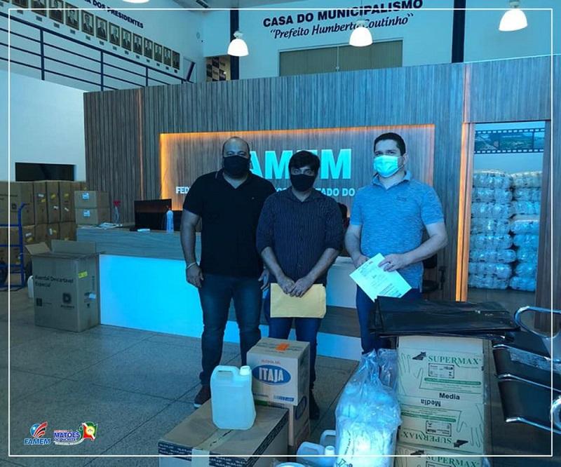 Prefeito Gigi Araújo (centro) recebendo EPIs das mãos de Erlanio Xavier, presidente da FAMEM. Foto: Be Lo / Premiere Matões