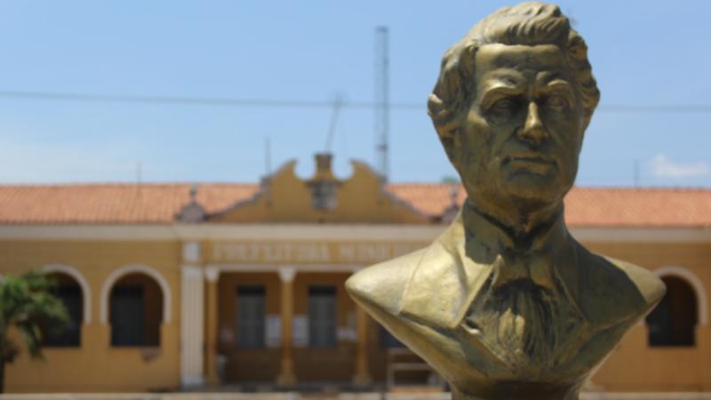 Busto do matemático itapecuruense Gomes de Souza, o Souzinha. Considerado o primeiro astrofísico brasileiro. Ao fundo o Palácio municipal, sede do poder executivo; Foto: João Di Bragança