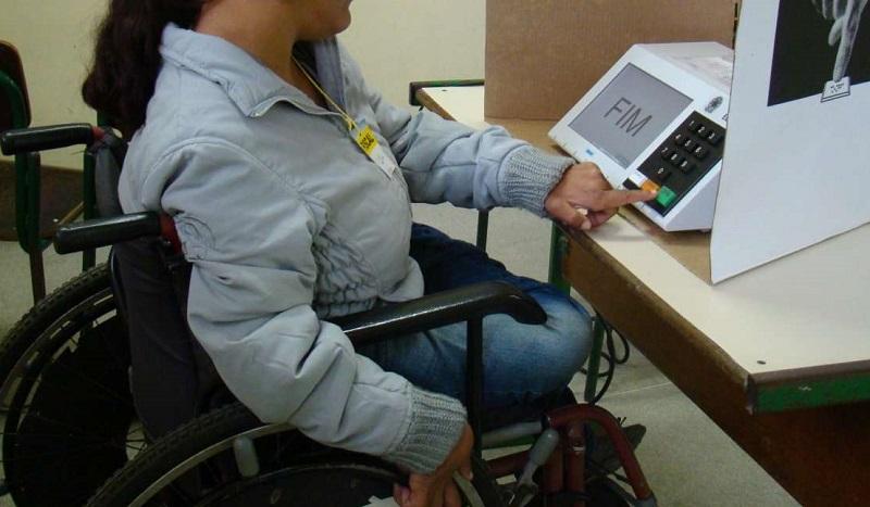Eleitora cadeirante tendo acesso à urna eletrônica. Foto: Reprodução